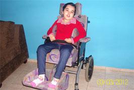 síndrome de rett com escoliose usando a cadeira com assento e encosto digitalizado